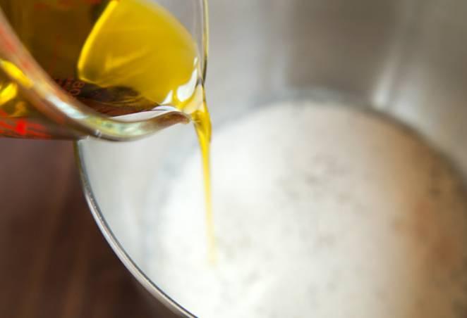 Смешайте оставшуюся муку с подсолнечным маслом. Поставьте смесь в холодильник на 20 минут.
