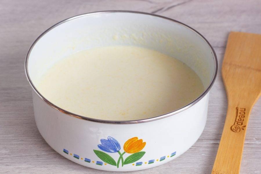 Растопите сливочное масло и смешайте с помощью венчика с кефиром, сметаной, яйцами, сахаром и солью.