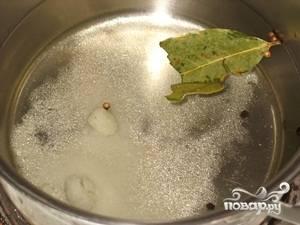 Слить воду с банок и приготовить маринад.