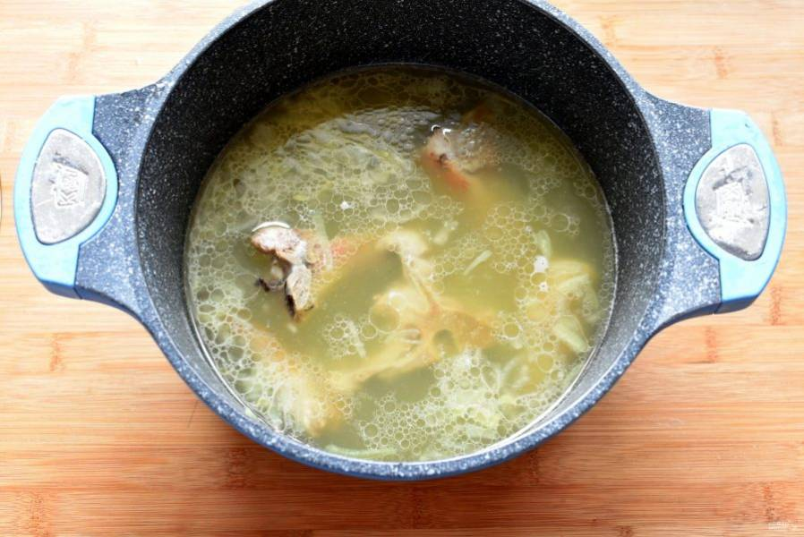 Сварите бульон из свинины на косточках. Можно предварительно обжарить мясо на почти сухой сковороде. Готовое мясо выньте из бульона, снимите с кости и нарежьте. Бульон процедите.