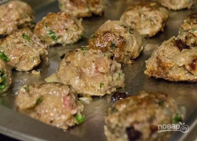 11.Переложите мясные шарики на противень и отправьте на 20 минут в разогретую до 180 градусов духовку.