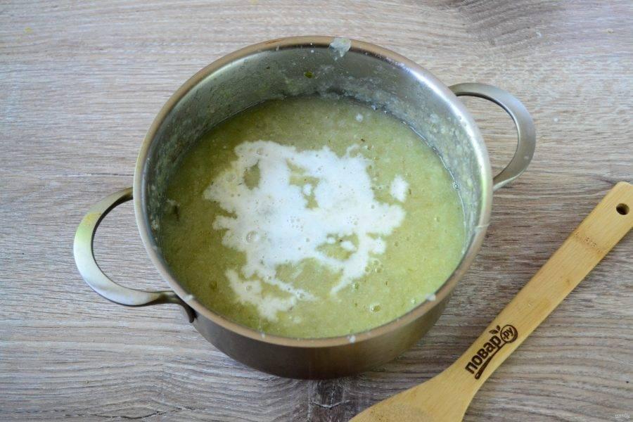 Затем влейте сливки и перемешайте. Количество сливок можете варьировать, зависимо от того, какой густоты суп вы хотите получить.