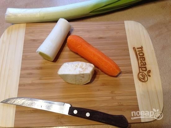 2. Очистим овощи. Вместо корневого сельдерея можно использовать стеблевой, тогда вам понадобится 1 стебель.