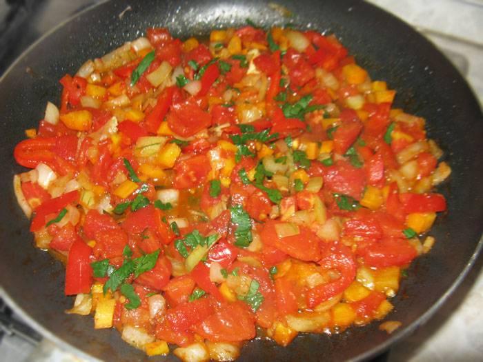 Потушите теперь лук и чеснок, затем добавьте помидоры, сельдерей, морковь, перец и специи. Можно, к примеру, добавить шафран и паприку.