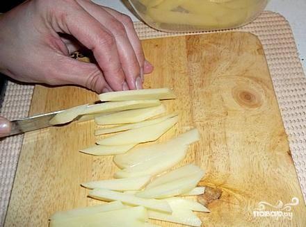 А пока масло нагревается - нарезаем очищенный и вымытый картофель на тонкую соломку. Размер - чуть крупнее готового картофеля фри, вы наверняка знаете как он выглядит.