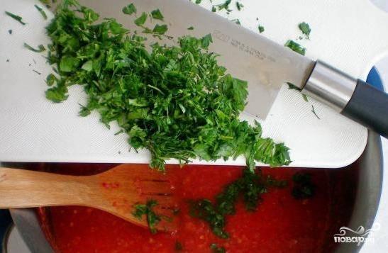 Подготовьте банки и крышки для консервирования. Нашинкуйте зелень, высыпьте её к остальным ингредиентам. Дальше влейте два вида уксуса.