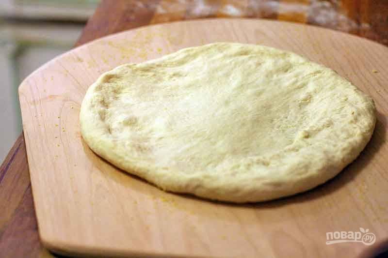 Затем тесто немного обомните и разделите на две части, оставьте его еще на 10 минут. Тем временем порежьте и подготовьте все ингредиенты для начинки. Затем начните растягивать тесто до желаемого диаметра в два этапа, сделав между ними промежуток в 3 минуты.
