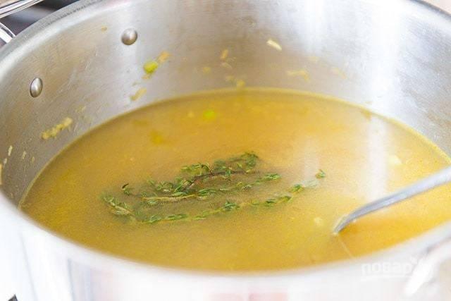 4. После этого влейте бульон и добавьте тимьян.
