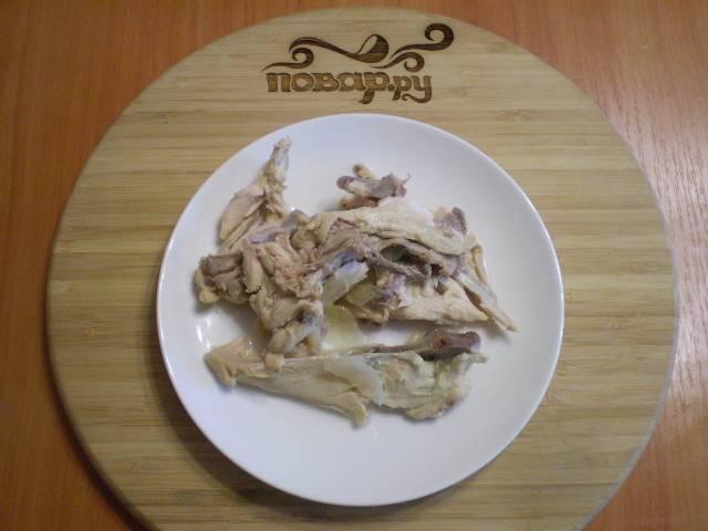 Достаньте из бульона косточки, отделите от них мясо. Кости можно выбросить, а мясо верните в бульон.