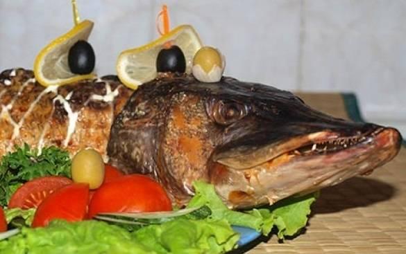 6. Ставим в разогретую духовку и выпекаем при температуре 220 градусов около часа. Следите самостоятельно за приготовлением рыбы, проверяя ее готовность на вкус.