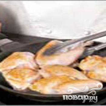 3.Промываем и обсушиваем цыпленка. На 8 кусочков его разрезаем. Половину сливочного масла разогреваем в сковороде. С каждой стороны по 4 минуты обжариваем цыпленка.