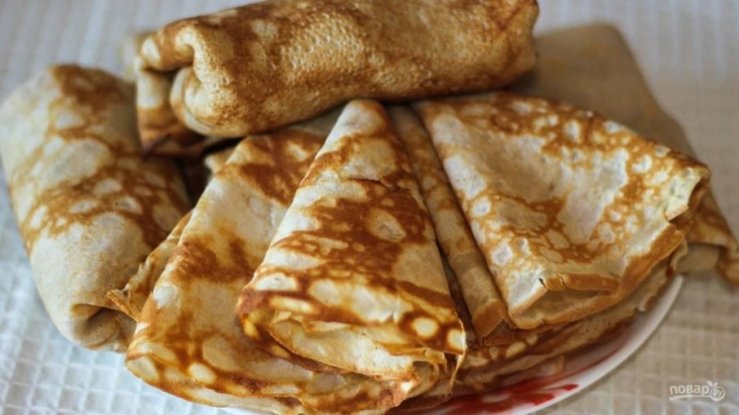 Готовые блинчики подавайте теплыми со сметаной или медом/ Или же заверните в них начинку. Это может быть творог, ветчина с сыром или любые овощи.