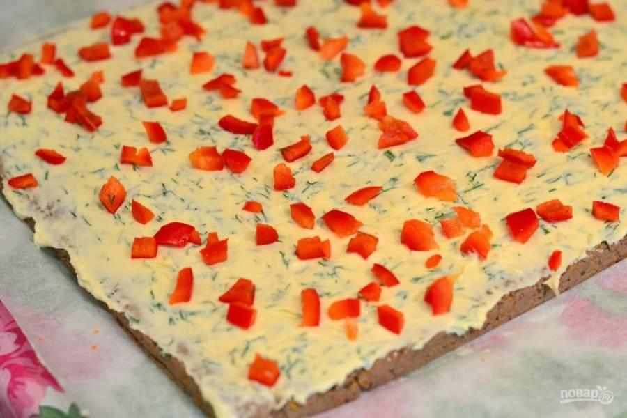 11. Красный перец мою и разрезаю на 2 части, вычищаю семена, нарезаю его мелким кубиком, выкладываю кусочки на масло.