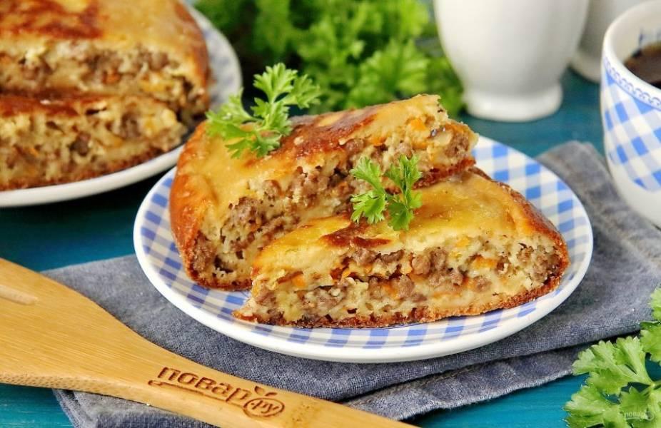 Пирог с мясом готов. Нарежьте его на порции, украсьте по желанию свежей зеленью и подавайте к столу. Очень вкусно как в горячем, так и в остывшем виде. Приятного аппетита!