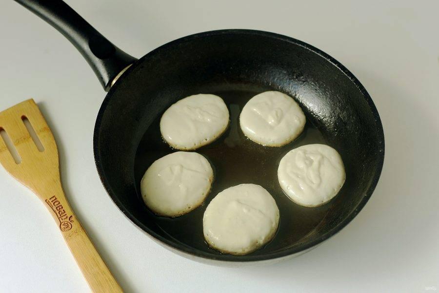 Разогрейте сковороду с маслом и выкладывайте тесто при помощи столовой ложки.