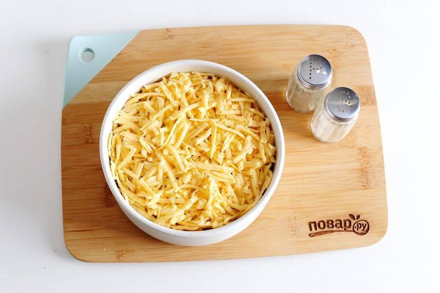 Сверху натрите на крупной терке сыр. Смажьте слой майонезом.