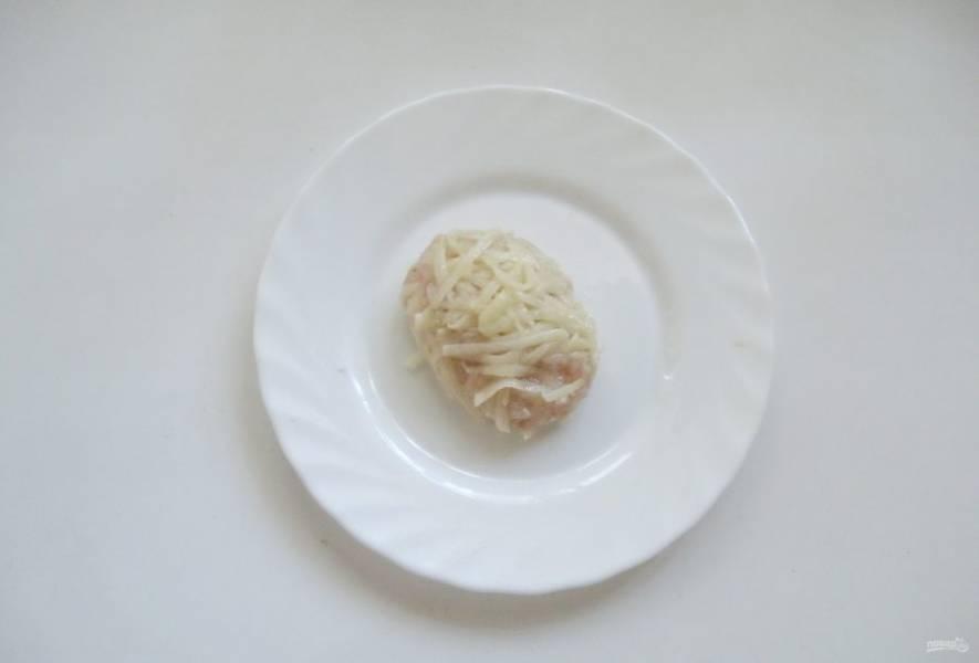 Из порции фарша сформируйте котлету и обваляйте в картофельной стружке.