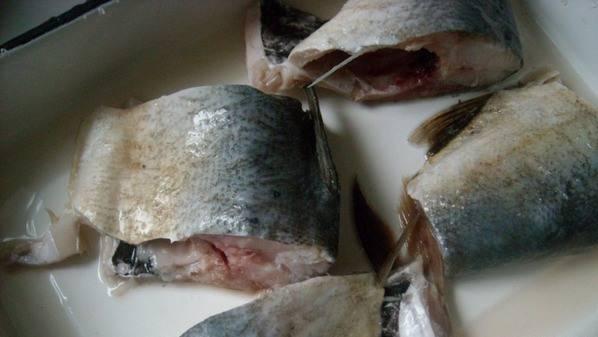 Рыбу режем кусками.