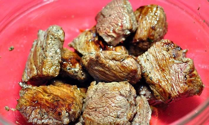 Обжариваем говядину на сковороде без добавления масла. Жарить следует до румяности.