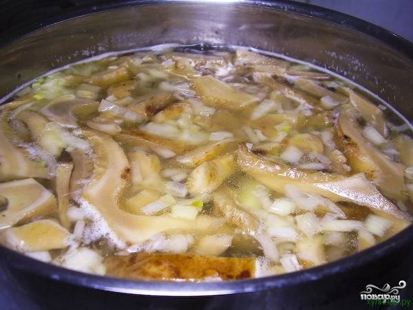 7. Добавляем получившуюся смесь в суп перед тем, как выключить плиту. Перчим. При желании, можете добавить в груздянку любимые приправы.