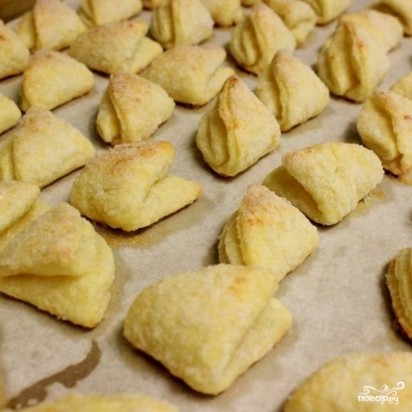 14. Выпекайте печенье в разогретой до 190 градусов духовке в течение 20-25 минут. Печенье вырастет и станет золотистого цвета.