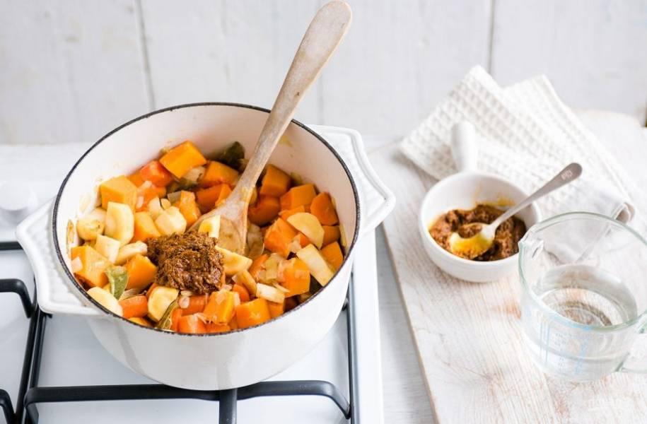 3. Добавьте к овощам 4 столовых ложки пасты карри и хорошо перемешайте.