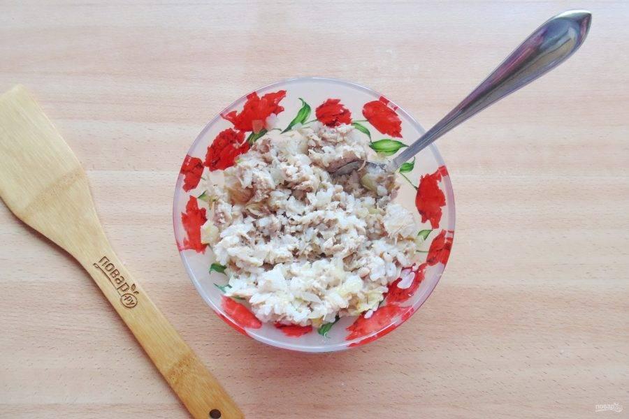 Посолите и перемешайте курицу, рис и жареный лук. Начинка для пирожков готова.