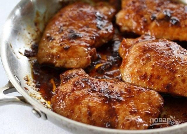 5.Отправьте отбивные в разогретую до 170 градусов духовку и запекайте 5-7 минут.