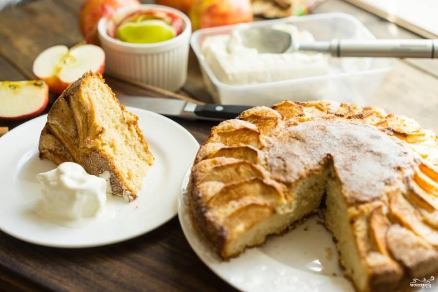 Готовый открытый яблочный пирог подавать лучше всего к чаю, добавив немного мороженного. Приятного аппетита!