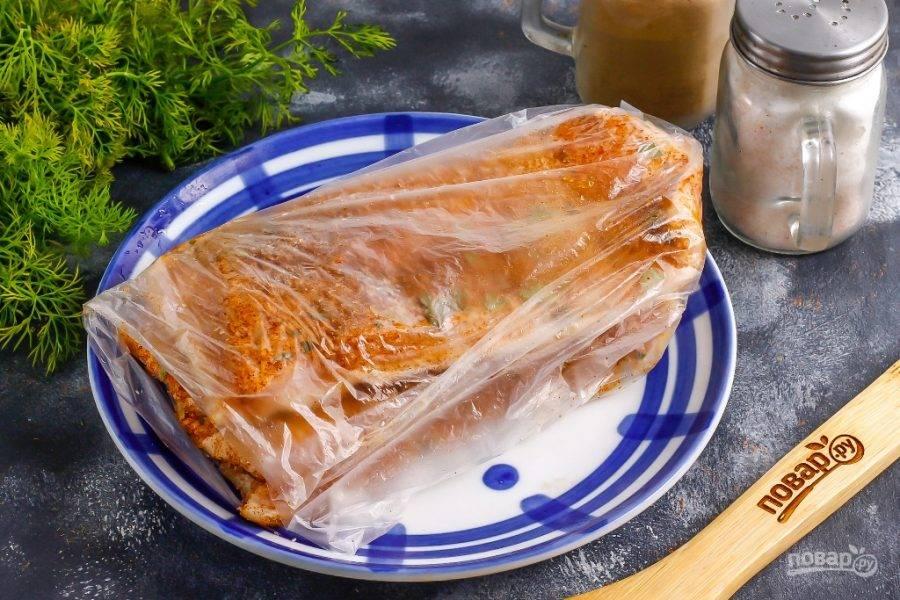 """Выложите сало в пакет или в пищевой контейнер, но не завязывайте плотно и не закрывайте крышкой, чтобы остался доступ воздуха, иначе оно """"задохнется"""", приобретет неприятный вкус и аромат. Поместите емкость с салом на холод, примерно на 5-7 дней, а желательно на 2 недели. Обязательно переворачивайте сало каждые 2 дня на другую сторону для равномерного засола. Спустя указанное время хранить его лучше в морозильной камере, замотав в пакет."""