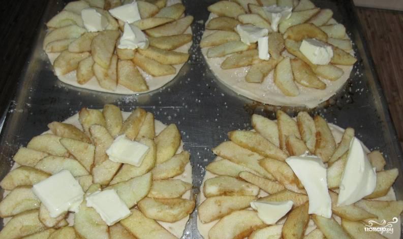 Сверху, на дольки яблок, кладем по кусочку масла. Выпекаем тесто с яблоками в духовке 20 минут при температуре 180 градусов.