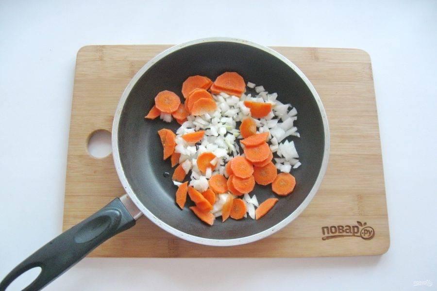 Морковь и лук очистите, помойте и мелко нарежьте. Выложите в сковороду с рафинированным подсолнечным маслом. Припустите овощи на небольшом огне в течение 7-8 минут.