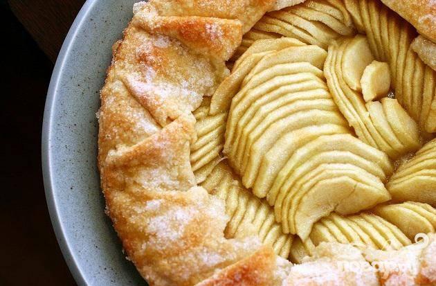 5. Выпекать пирог в центре духовки, пока яблоки не станут мягкими, а края карамельного или темно-золотистого цвета, около 45 минут.