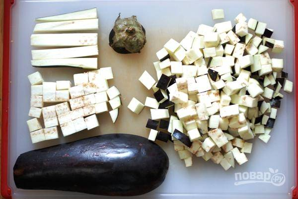 Баклажан, не очищая, нарежьте мелкими кубиками. Духовку разогрейте до 200 градусов, запеките баклажаны, сбрызнув маслом и присыпав солью, минут 20-25, время от времени переворачивая.
