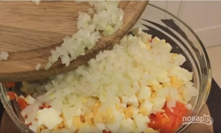 2. Лук режем так мелко, как это у вас получается. Отправляем нарезанный лук к нарезанным овощам.