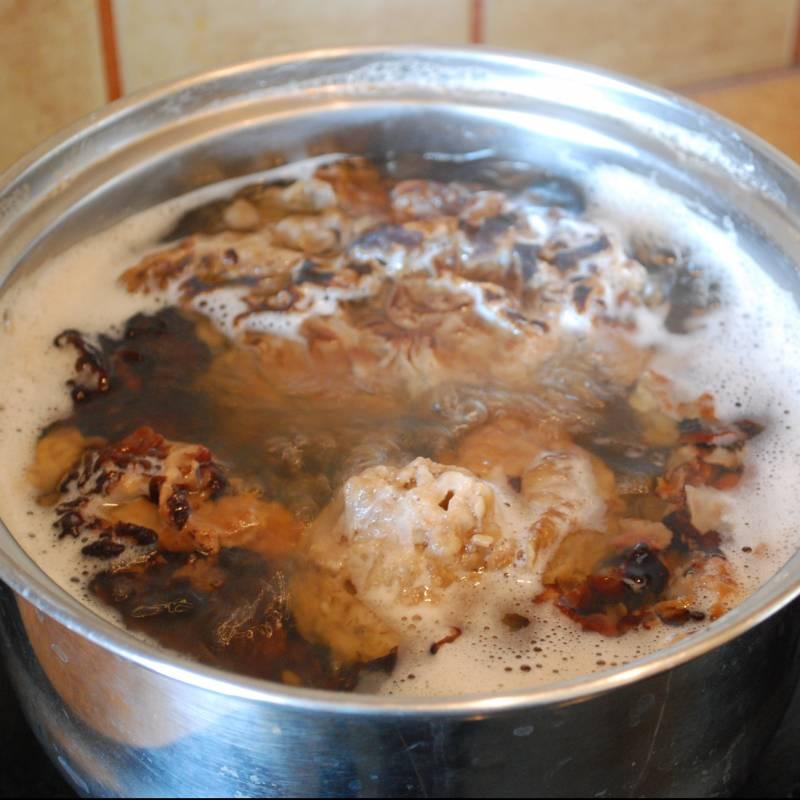 Меняем воду, варим грибы 15 минут, сливаем воду и варим еще 15 минут.