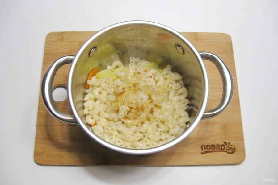 В кастрюлю с отварным картофелем и морковью добавьте макароны и жареный лук.