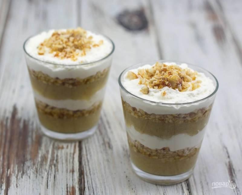 7. Разложите десерт слоями: пюре, орехи, сливки и ещё раз в таком же порядке. Украсьте десерт фундуком. Трайфл готов! Приятной дегустации!