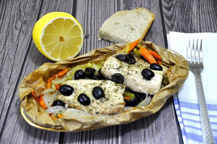 Для подачи можно выложить овощи и рыбу на тарелку, а можно подавать прямо в конверте, аккуратно подвернув края. Готовое блюдо сбрызните лимонным соком. Рыба приготовленная таким способом очень полезна, так как она готовилась практически в собственном соку. Это очень вкусно, рекомендую попробовать!