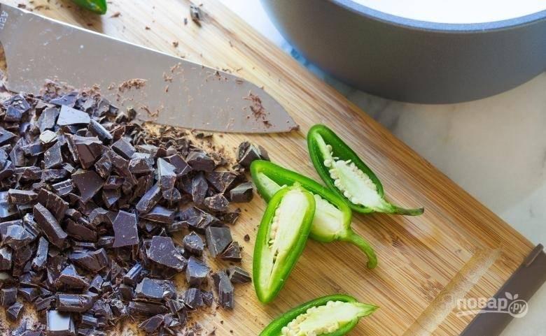 1.Черный шоколад беру не менее 72%, иначе напиток не будет столь насыщенным и шоколадным. Перец мою и нарезаю ломтиками.