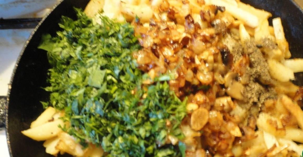 К картошке добавляем лук, грибы и зелень. Солим и перчим. Жарим еще пару минут. Вот и все! Наша жареная картошка с сушеными грибами готова. Приятного аппетита!