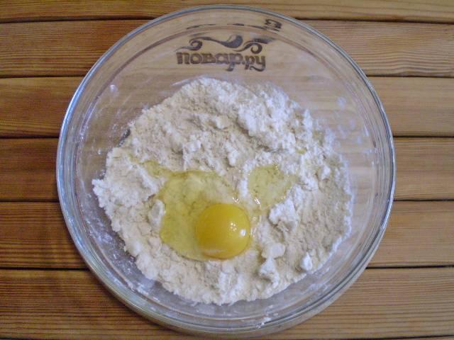 4. Вбейте сырое яйцо и вымешайте тесто.