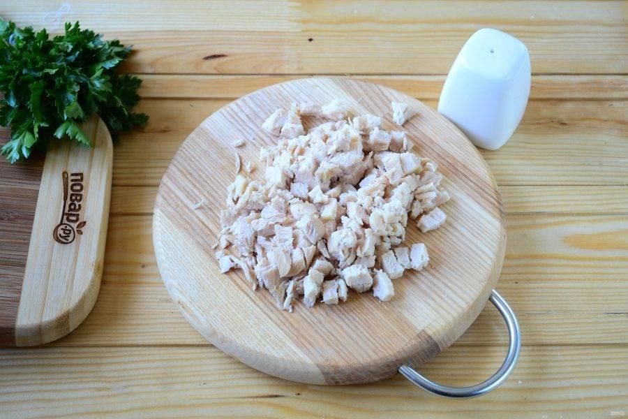 Отваренную куриную грудку порежьте мелким кубиком.