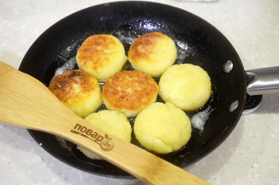 7. Обжарьте сырники с двух сторон до полной готовности и золотистой корочки.
