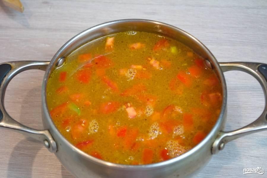 Тушите овощи 3-7 минут. Затем залейте водой. Поставьте вариться. Варить суп будем до готовности всех составляющих.