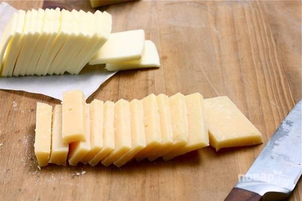 4. Сыр нарежьте кусочками такой же толщины.