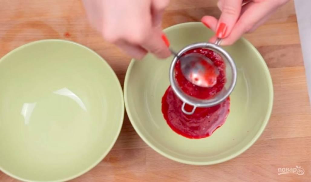 4.  Снимите белки с водяной бани и взбейте еще в течение нескольких минут до устойчивых пиков. Далее с помощью гелевого пищевого красителя или натуральных красителей (у меня это сок измельченных черники и вишни) окрасьте немного белкового крема в синий и розовый цвета.