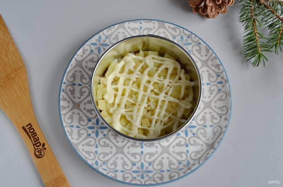 Далее — картофельный слой, майонезная сеточка.