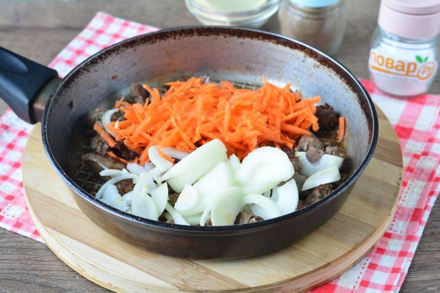 Всыпьте овощи в сковороду с печенью.