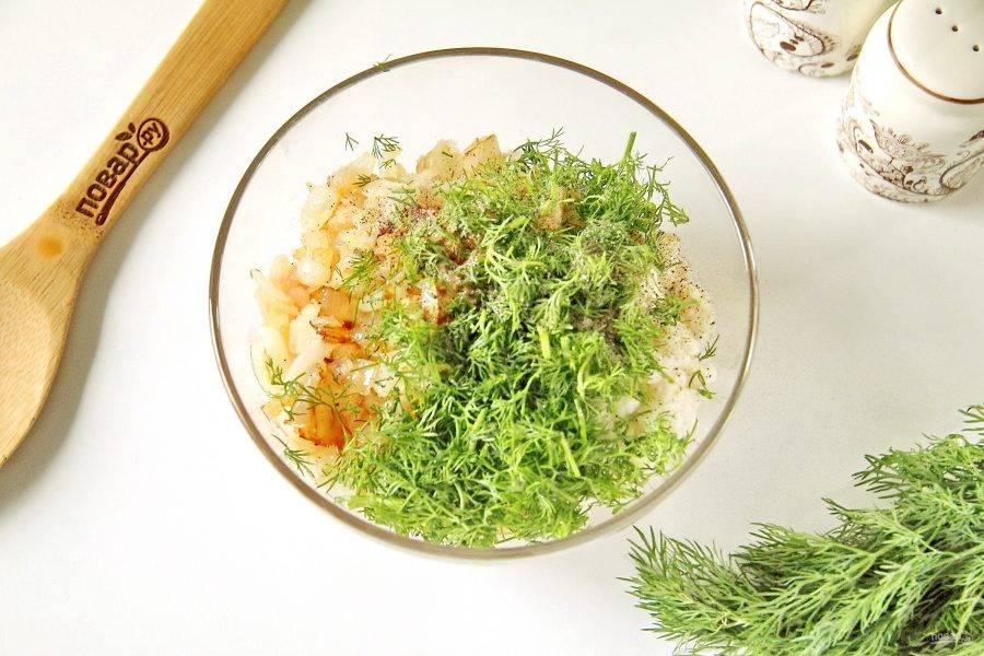 Добавьте отжатый от воды хлеб, обжаренный лук, измельченную свежую зелень, соль и свежемолотый перец.